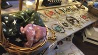 Pinche en la foto para agrandar En nuestra tienda de decoración podrá encontrar además de muebles, infinidad de regalos, bisutería y complementos. Tanto para usted como para su casa. Con […]